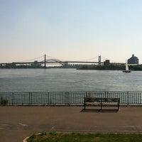 Foto tirada no(a) East River Promenade por Jimmy! em 6/21/2012