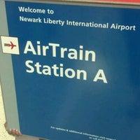 Das Foto wurde bei Newark AirTrain - Terminal A von 🎀 am 5/17/2012 aufgenommen