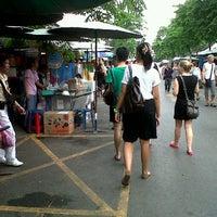 Photo taken at จตุจักร ตลาดหนังสือ by de fam d. on 3/24/2012