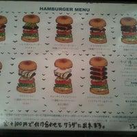 Foto scattata a Whoopi Gold Burger da Tomo A. il 5/31/2012