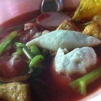 Photo taken at Udomsuk Tomyum Noodle by minijijo J. on 2/25/2012