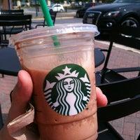 รูปภาพถ่ายที่ Starbucks โดย Kari T. เมื่อ 7/11/2012