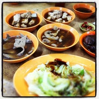Photo taken at Heng Kee Bak Kut Teh 兴记肉骨茶 by Matthew L. on 3/10/2012