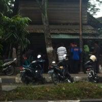 Photo taken at Mie Balap Seafood by Rizky Z. on 2/13/2012