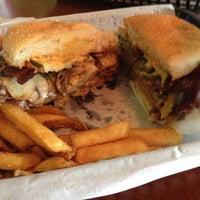 Das Foto wurde bei Killer Burger von Anne H. am 5/2/2012 aufgenommen