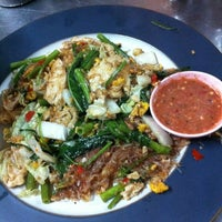 Photo taken at Mueang Thong Crab-meat Fried Rice 1 by imai 1. on 4/8/2012