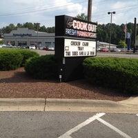 Foto tirada no(a) Cook Out por Jonah A. em 6/20/2012