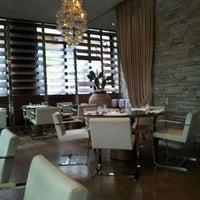 Foto tirada no(a) Dolce & Gabbana Gold Restaurant por Marcelo Almeida em 4/25/2012