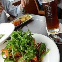 Das Foto wurde bei LeVeL 33 Craft-Brewery Restaurant & Lounge von Ray L. am 4/5/2012 aufgenommen