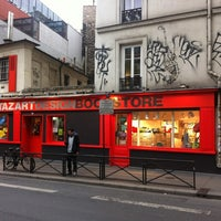 Photo prise au Artazart Design Bookstore par Roger P. le4/27/2012