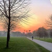 Foto tirada no(a) Kensington Gardens por Richard J B W. em 3/30/2012