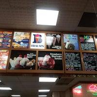 Das Foto wurde bei Braum's Ice Cream & Dairy Store von Octavia T. am 8/14/2012 aufgenommen