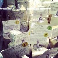 8/18/2012 tarihinde Darron D.ziyaretçi tarafından Antonelli's Cheese Shop'de çekilen fotoğraf