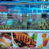 5/15/2012 tarihinde Mert A.ziyaretçi tarafından Waffle House-Vitamin Bar'de çekilen fotoğraf