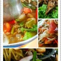 Photo taken at ร้านอาหารบ้านกำนัน by Nueng M. on 4/9/2012