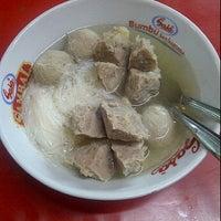 Photo taken at Bakso Menteng by Mardiana P. on 3/14/2012