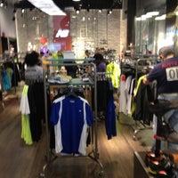 Foto tirada no(a) New Balance NYC Flagship Store por Garrett P. em 5/28/2012