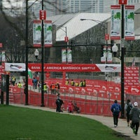 รูปภาพถ่ายที่ Shamrock Shuffle Start Line & Corrals โดย a k เมื่อ 3/25/2012
