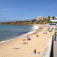 Foto tirada no(a) Praia de São Pedro do Estoril por Jose O. em 8/15/2012