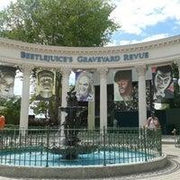 4/16/2012 tarihinde Lindsey B.ziyaretçi tarafından Beetlejuice's Graveyard MashUp'de çekilen fotoğraf