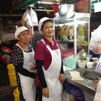 Photo taken at เจ้จันทร์ก๋วยเตี๋ยวเป็ด by Taijung H. on 3/20/2012