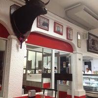 Foto tomada en Restaurante El Matador por Gina A. el 4/5/2012