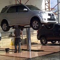 Photo taken at Cikopo Car Wash by Putri W. on 7/31/2012