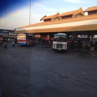 Das Foto wurde bei Khon Kaen Bus Terminal von Yungying Y. am 7/10/2012 aufgenommen