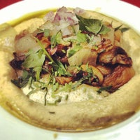Foto tomada en Zula Hummus Café por Donald B. el 8/1/2012