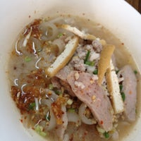 Photo taken at ก๋วยเตี๋ยวพี่สายใจ by apple a. on 2/25/2012