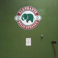 Foto tirada no(a) Elephants Delicatessen por Blaine B. em 9/10/2012