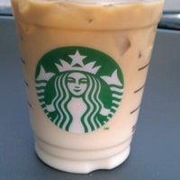 Foto tirada no(a) Starbucks por Dana R. em 4/28/2012
