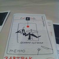 รูปภาพถ่ายที่ Eat & Talk โดย Andrey K. เมื่อ 8/28/2012