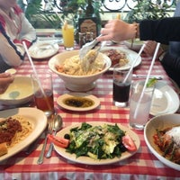 Photo taken at Italianni's Pasta, Pizza & Vino by Ann a. on 7/25/2012