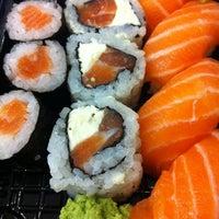Foto tirada no(a) Fujisan Sushi por Giulia M. em 6/13/2012