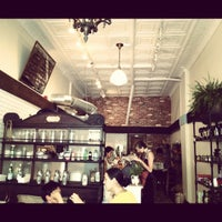 Foto diambil di Le Salbuen Cafe Market oleh Matt U. pada 5/26/2012