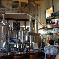 Photo prise au Pizza Port Brewing Company par Julianne G. le7/16/2012
