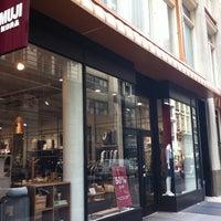 Foto diambil di MUJI oleh Charley L. pada 8/3/2012