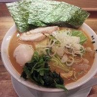 Photo taken at 横浜家系 麺屋 はやぶさ by upk on 2/23/2012