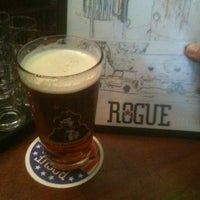 Foto tirada no(a) Rogue Ales Public House & Distillery por Keegan D. em 4/20/2012
