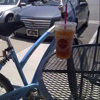 Снимок сделан в It's A Grind Coffee House пользователем Leah D. 7/7/2012