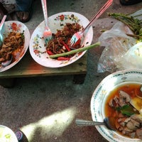 Photo taken at เจียง ลูกชิ้นปลา & ข้าวหน้าเป็ด by Wucharin N. on 5/19/2012