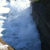 Foto tirada no(a) Seal Rocks por Ben A. em 2/10/2012