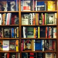 รูปภาพถ่ายที่ St. Mark's Bookshop โดย Michael W. เมื่อ 4/1/2012