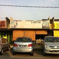 Photo taken at Restaurant 3'A' Bah Kut Teh by Tan J. on 5/22/2012