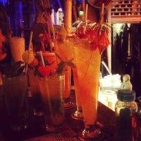 5/5/2012 tarihinde Pietari K.ziyaretçi tarafından Navy Jerry's Rum Bar'de çekilen fotoğraf