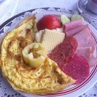 Foto tomada en Restaurant Kontiki por Radu C. el 6/6/2012