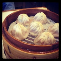 Photo taken at Ding Tai Fung Shanghai Dim Sum 鼎泰豐 by Kye C. on 9/1/2012