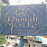 Photo prise au Rumah Mode Factory Outlet par Nico D. le5/16/2012