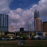 Foto tirada no(a) Auditorium Shores at Lady Bird Lake por Shawn D. em 3/15/2012